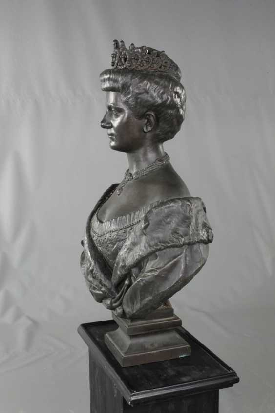 Oversized bust of Queen Elena of Italy - photo 3