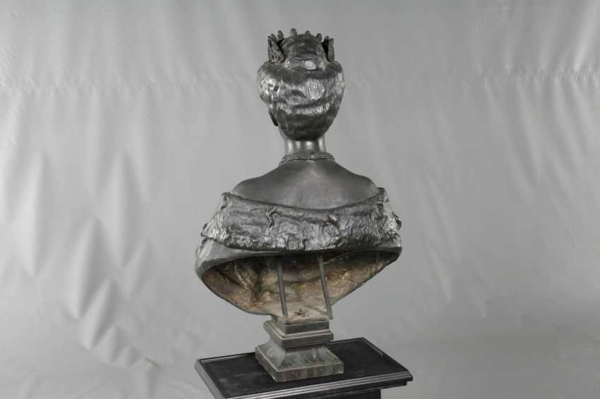 Oversized bust of Queen Elena of Italy - photo 4