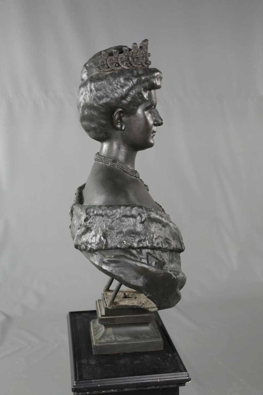 Oversized bust of Queen Elena of Italy - photo 5