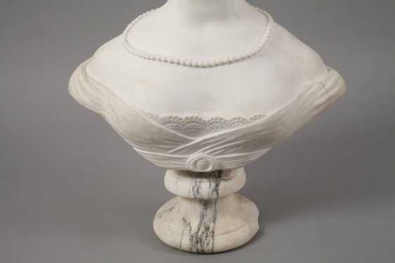 Marble bust of Amalie Auguste, Queen of Saxony - photo 3