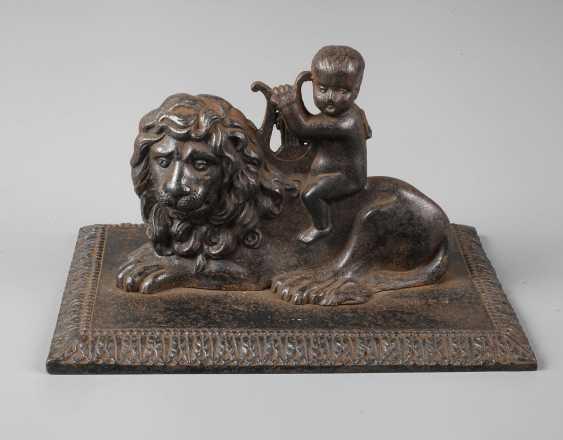 Musicians cherub on lion - photo 1