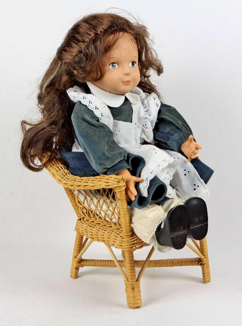 Puppe mit Korbstuhl - фото 1