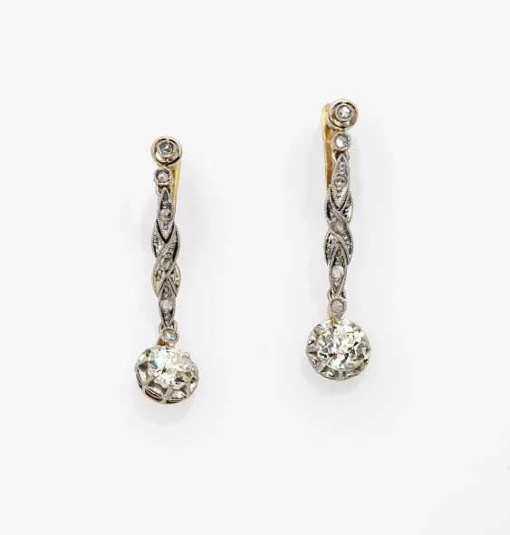Ein Paar Ohrgehänge mit Diamanten - Foto 1