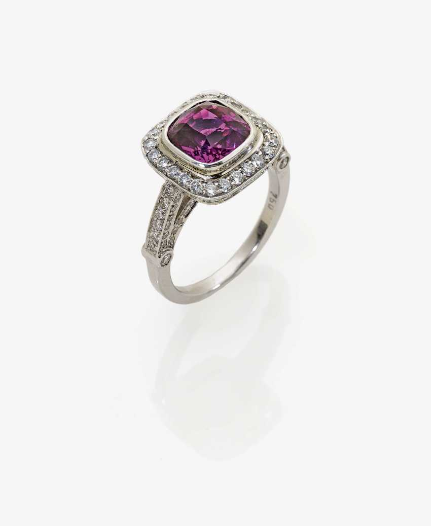 Modified entourage ring with a pink-BlackBerry-coloured sapphire and diamonds - photo 1
