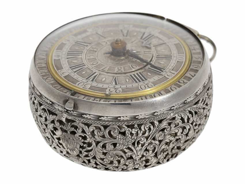 Pocket watch: extremely rare, museale pocket watch with Alarm and a rotating date display via a worm drive, Terroux (François), A Geneva, circa 1690 - photo 8