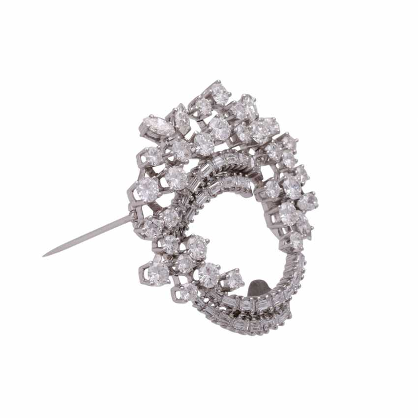 Fine jewel brooch set with diamonds, together approx 6.1 ct - photo 2