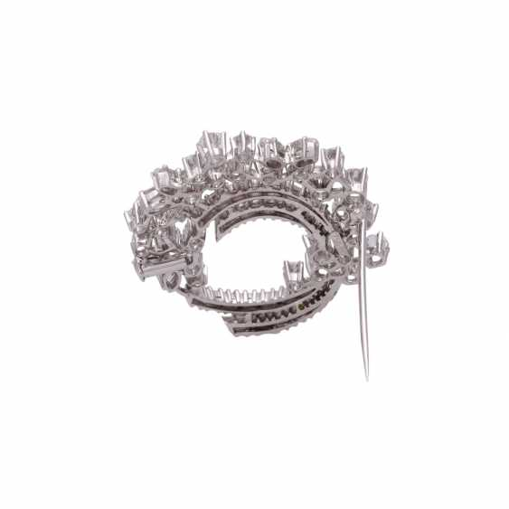 Fine jewel brooch set with diamonds, together approx 6.1 ct - photo 3