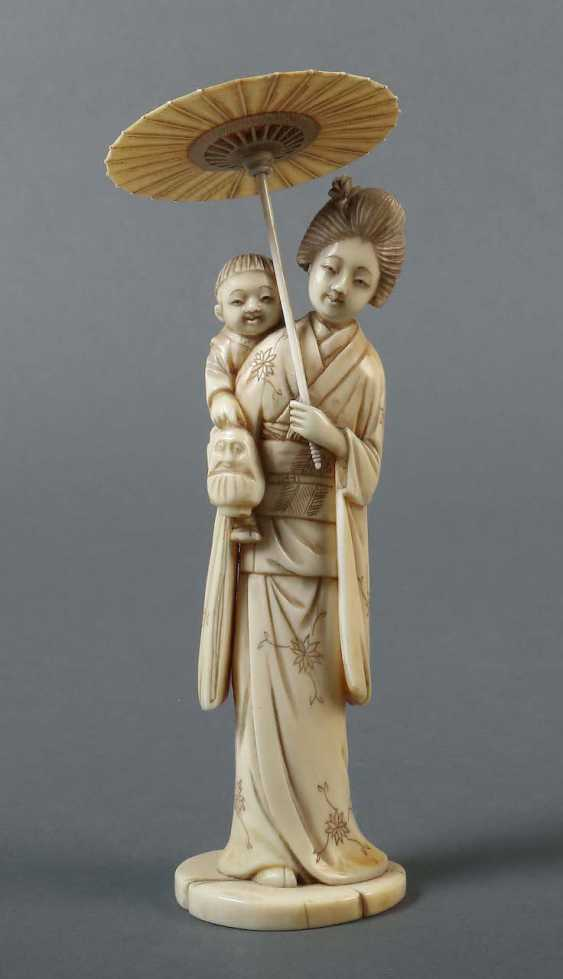 """Okimono """"Young mother with an umbrella"""" Japan - photo 1"""