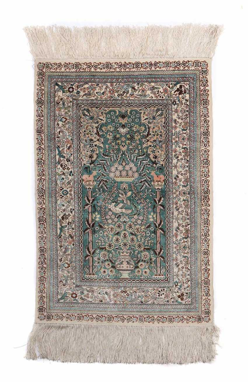 Silk carpet with Säulenmihrab and illustrations of birds of China - photo 1