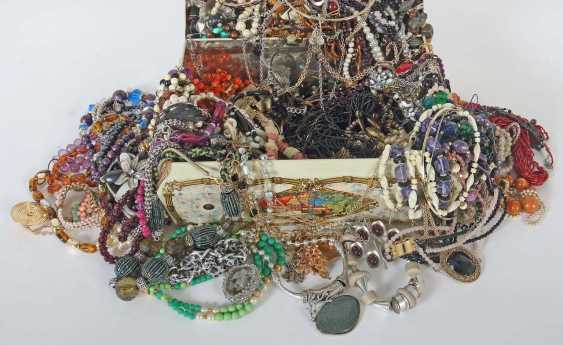 Mixed lot of fashion jewelry-necklaces (around 150 PCs) 2. Half of the 20. Century - photo 1