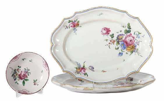 Under dish and 2 oval plates with style flowers painting 1750/70 - photo 1