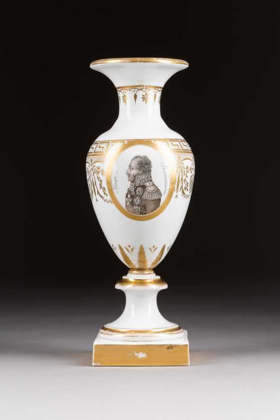 VASE WITH THE PORTRAIT OF THE FIELD MARSHAL, COUNT OF WITTGENSTEIN - photo 1