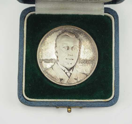 Zepplin: silver medal, on the ocean journey with Dr. Eckener in 1924, in a case. - photo 3