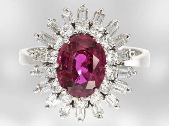 Ring: high quality flower ring with a fine ruby/diamond trim, total of approx. 3,5 ct., crafted from 18K white gold, top quality of the court jeweller and Roesner - photo 1
