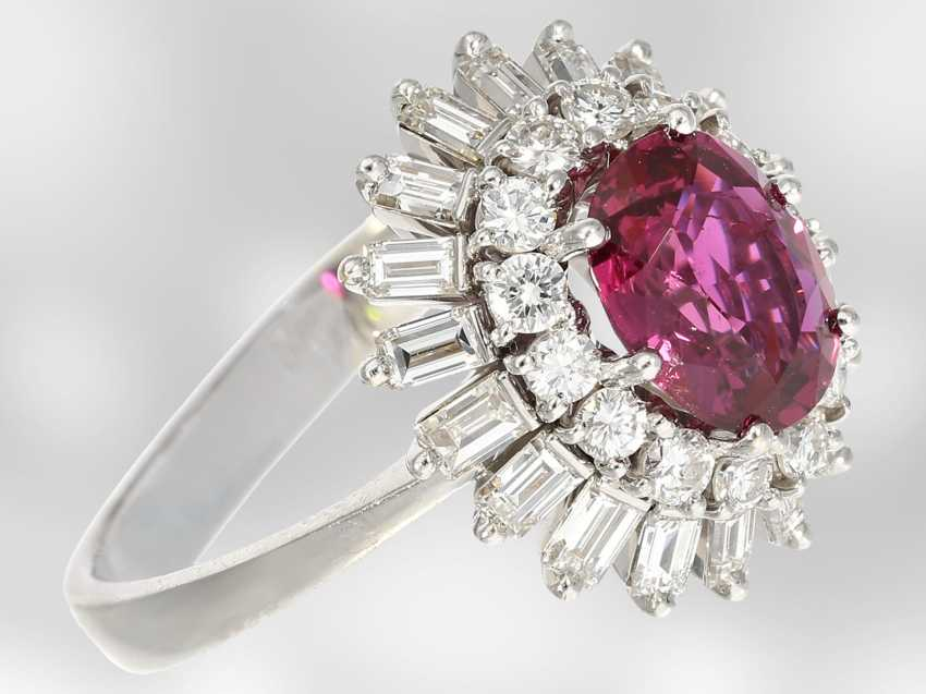Ring: high quality flower ring with a fine ruby/diamond trim, total of approx. 3,5 ct., crafted from 18K white gold, top quality of the court jeweller and Roesner - photo 2