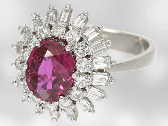 Ring: high quality flower ring with a fine ruby/diamond trim, total of approx. 3,5 ct., crafted from 18K white gold, top quality of the court jeweller and Roesner - photo 3