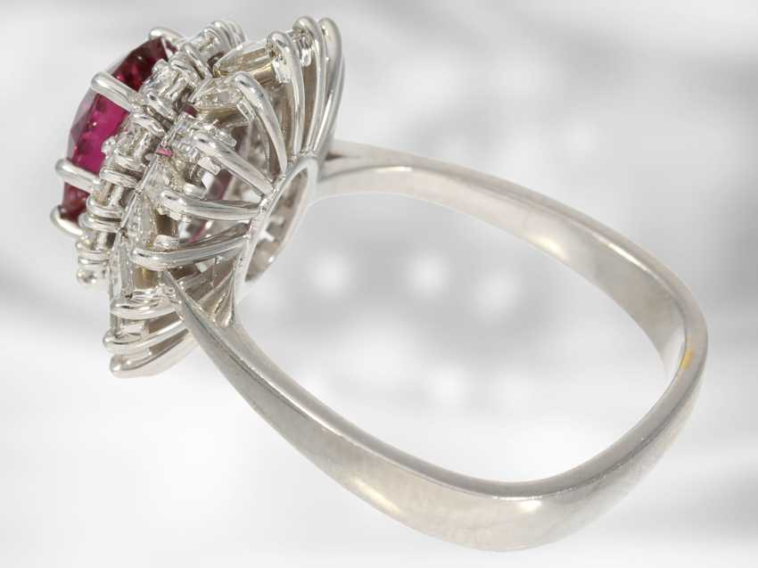 Ring: high quality flower ring with a fine ruby/diamond trim, total of approx. 3,5 ct., crafted from 18K white gold, top quality of the court jeweller and Roesner - photo 4