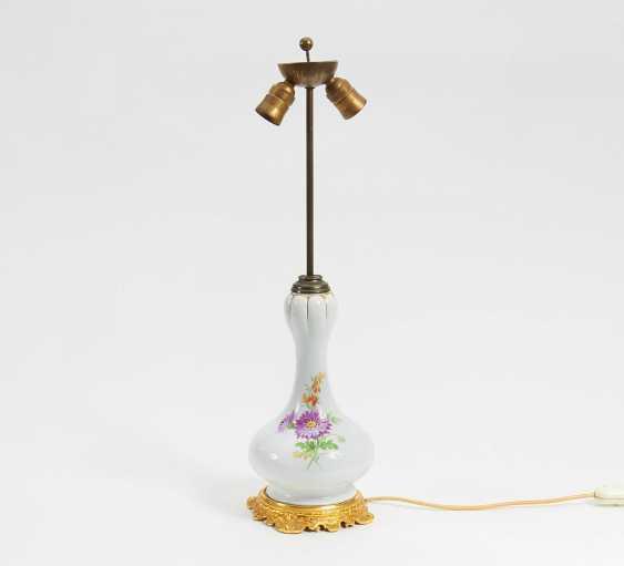 los 842 meissen lampe mit blumendekor aus dem katalog dekorative kunst teil ii vom. Black Bedroom Furniture Sets. Home Design Ideas