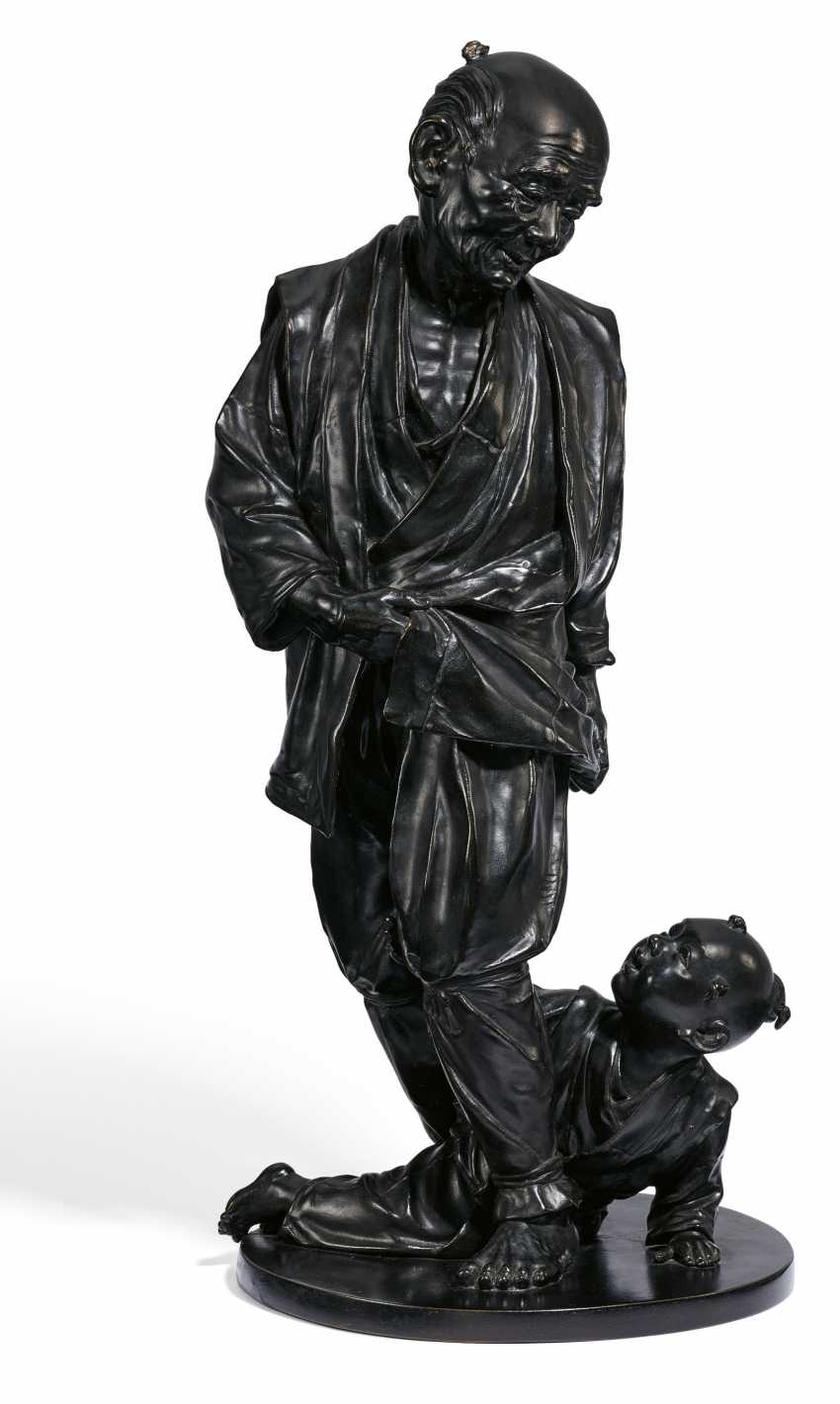 IMPORTANT AND Large BRONZE of A grandfather WITH GRANDSON - photo 1