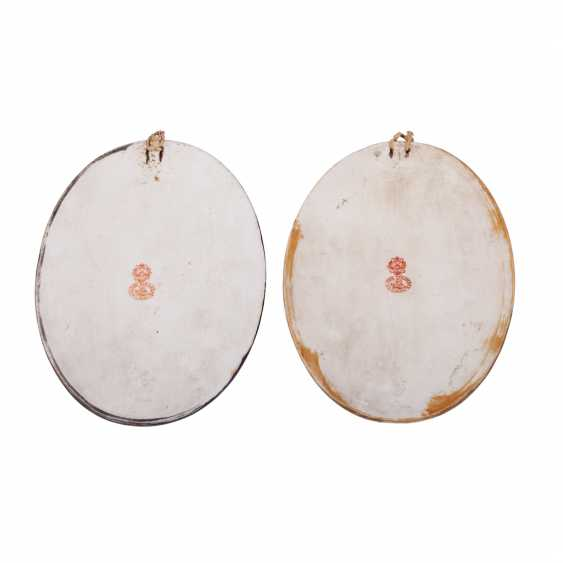 Pair of porcelain relief plaques - photo 2