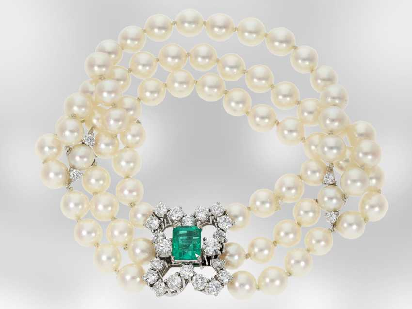 Bracelet: luxury 3-row Akoya cultured pearl bracelet with emerald and brilliant-cut diamonds, total approx 3.7 ct 18K yellow Gold, the court jeweller Roesner - photo 2