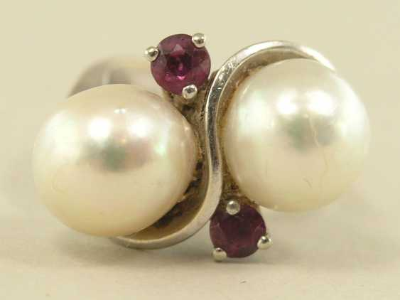 Ring: white, Golden, vintage gold wrought ring set with large cultured pearls and rubies - photo 1