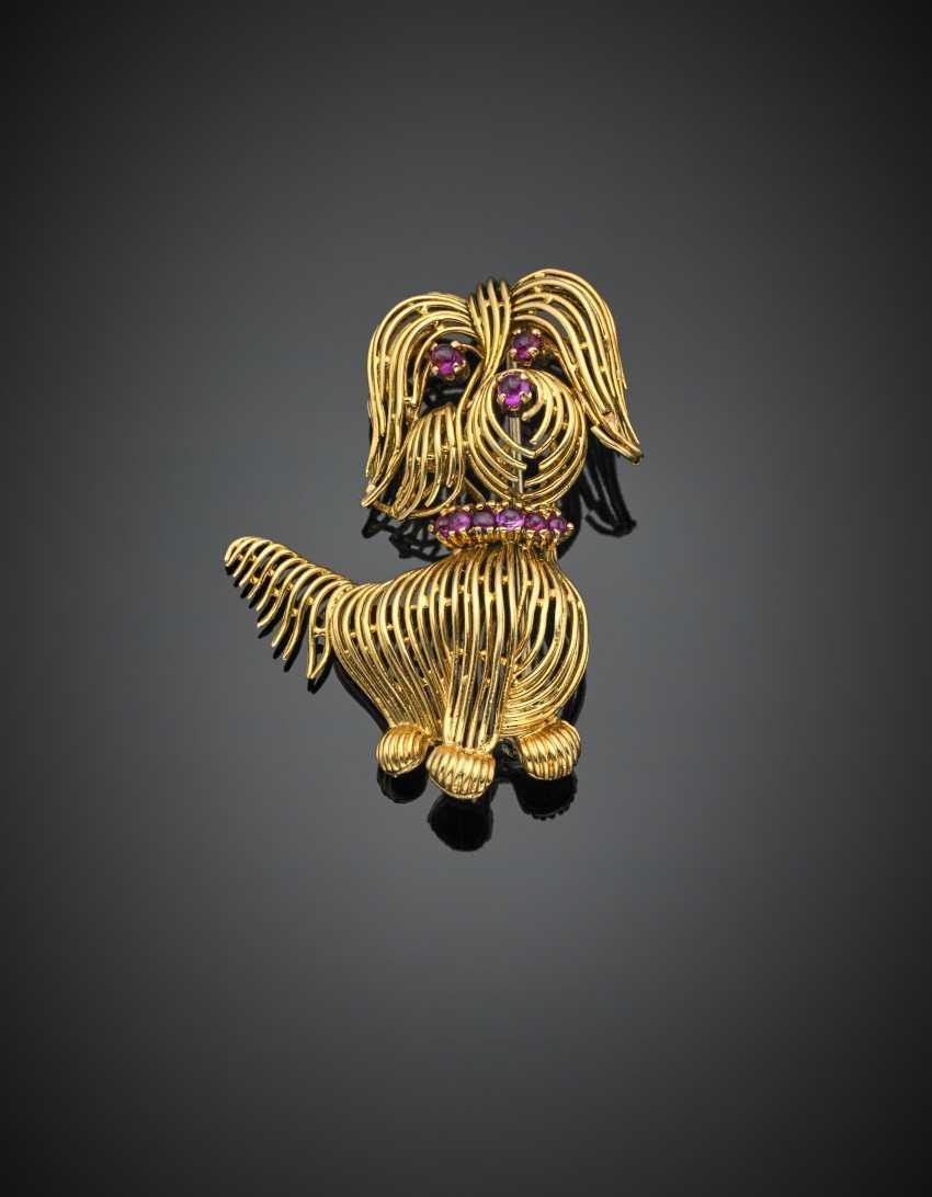 Spilla in oro giallo a guisa di cagnolino rifinita con rubini cabochon - photo 1