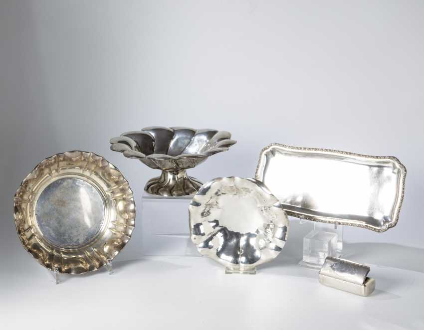 Three bowls, a tray and anatomical snuffbox - photo 1