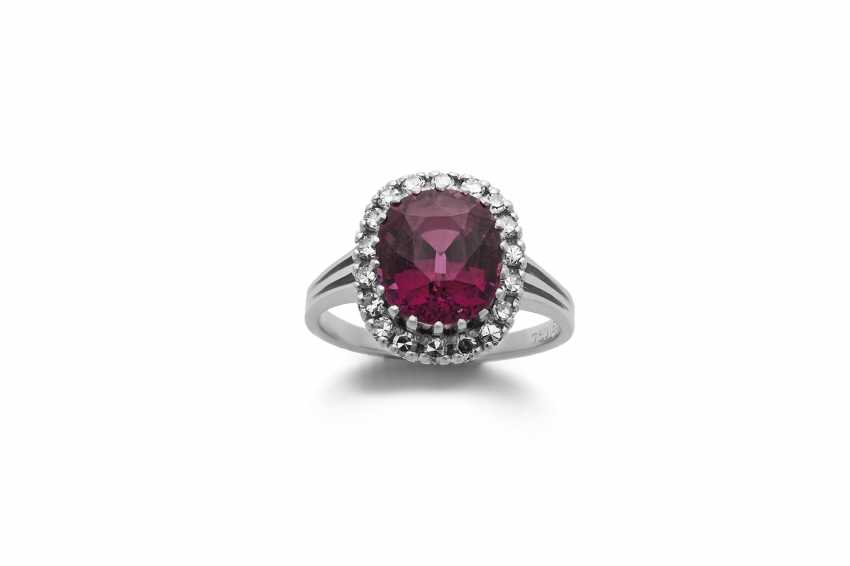Ring with garnet and diamonds - photo 1