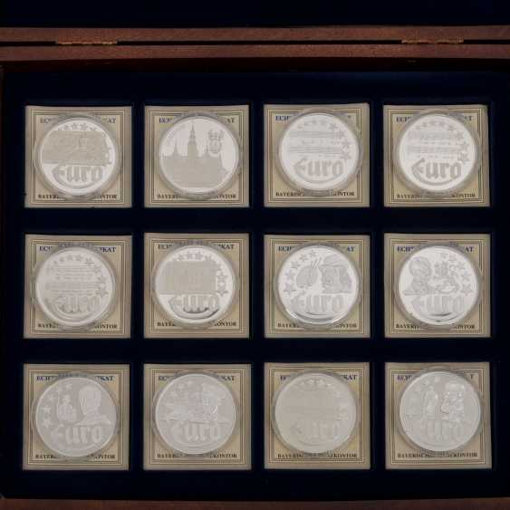 Silver medals 80 pieces each approx. 20 g of finely, - photo 3