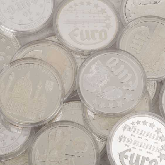 Silver medals 80 pieces each approx. 20 g of finely, - photo 6