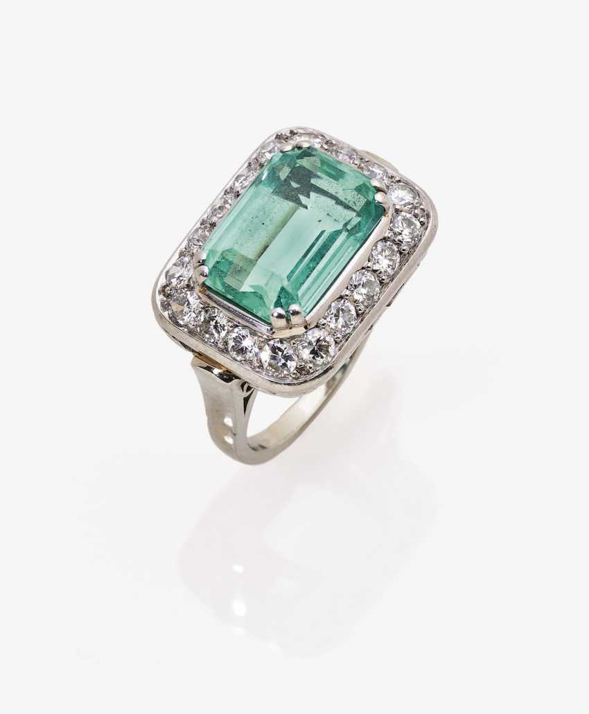 Ring with emerald and diamonds - photo 1