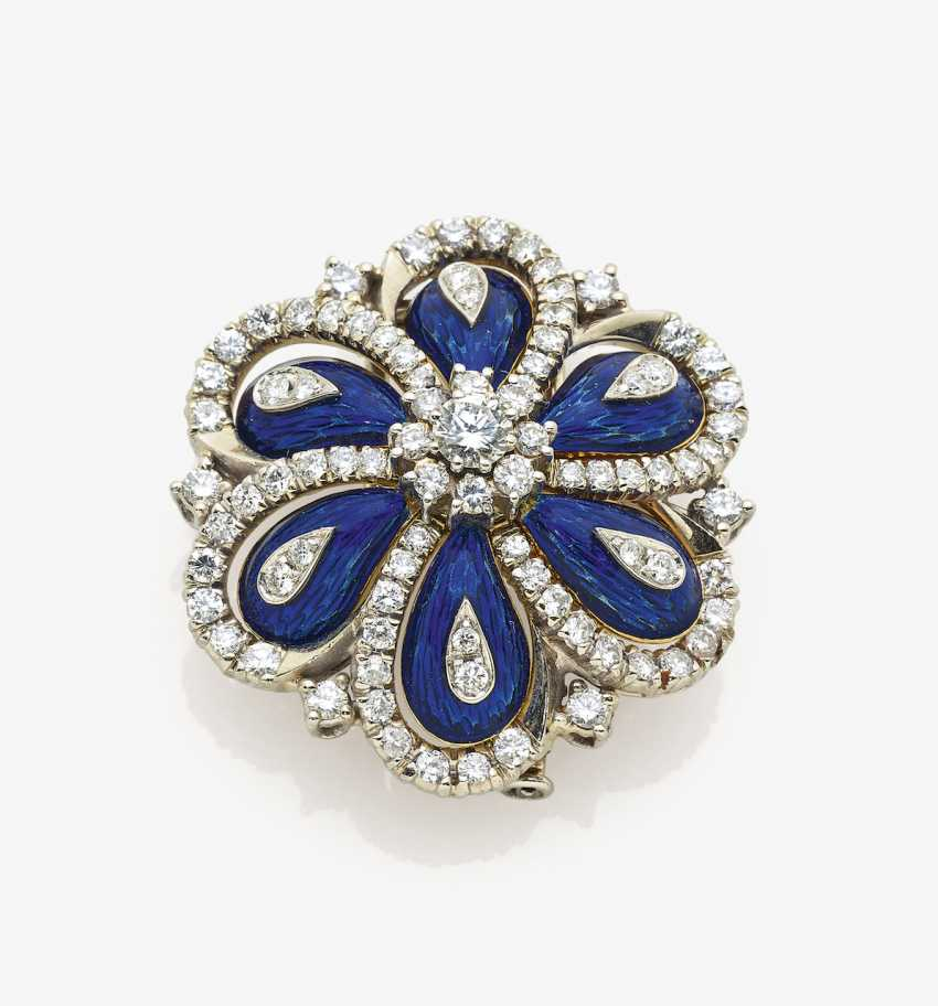 Brooch with brilliant-cut diamonds and translucent mail - photo 1