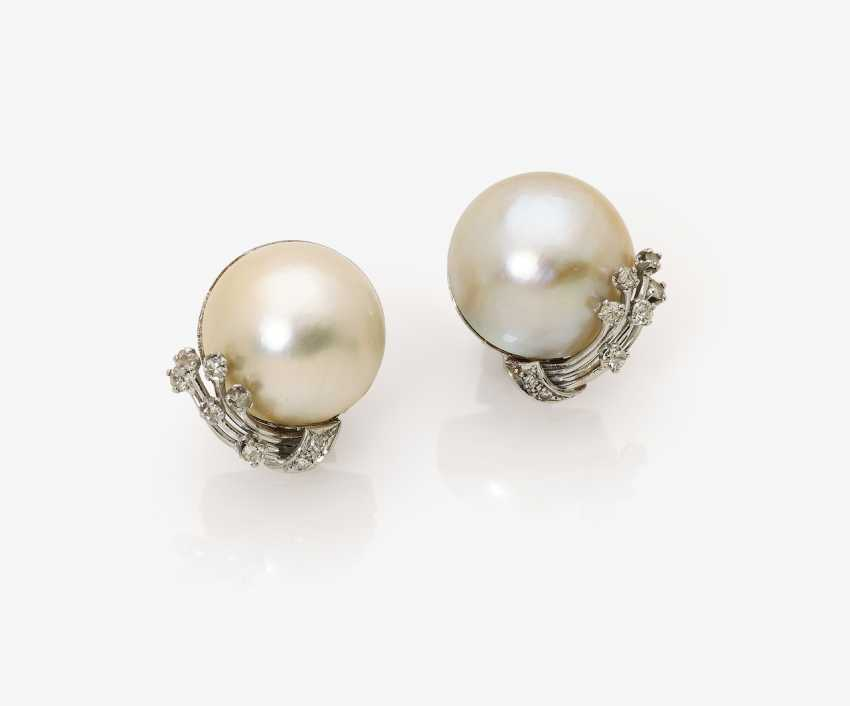 A Pair of clip-on earrings with Mabé cultured pearls and diamonds - photo 1