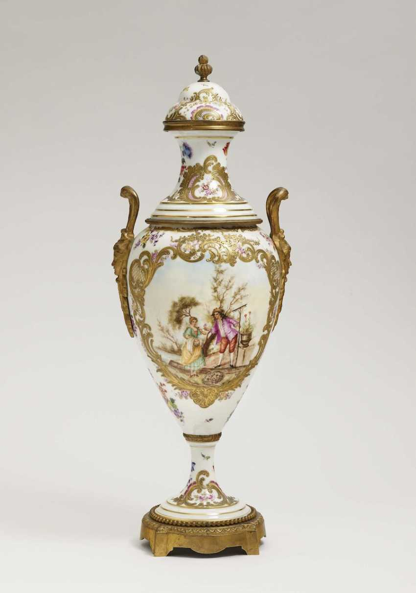 Vase with lid - photo 1