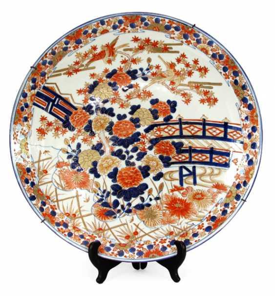 LARGE IMARI PORCELAIN PLATE, - photo 1