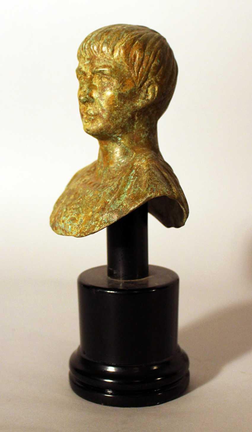Le buste en Bronze de l'empereur Romain Auguste dans l'ancienne manière, en regardant sur le côté, en armure - photo 2