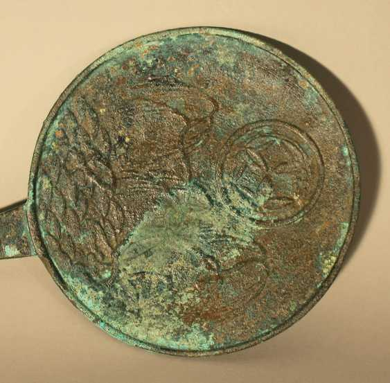 Asian bronze mirror or presentoire, very fine cast with hand grip, border ring and plants on a hill, with madallion sign in the centre - photo 2