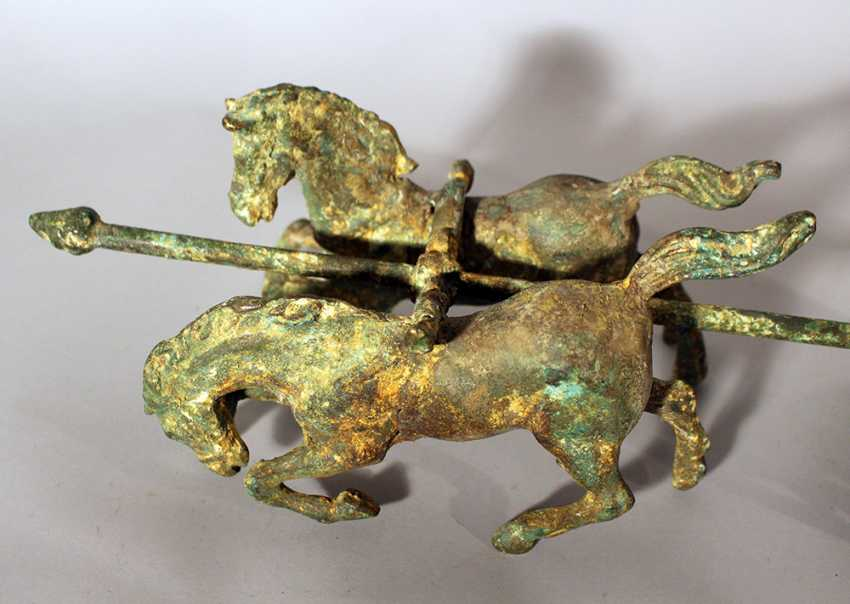 Roman chariot model with two horses and a warrior holding a spear, two wheels and decorations - photo 2