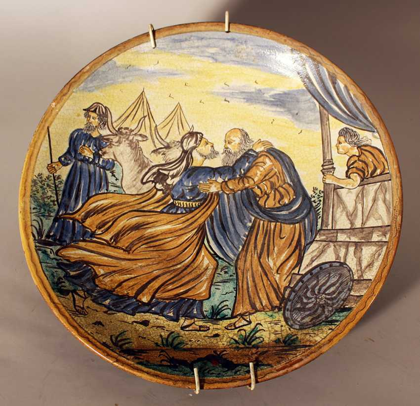 Italian ceramic dish painted in the centre with the scene of Jacob and Esau - photo 1