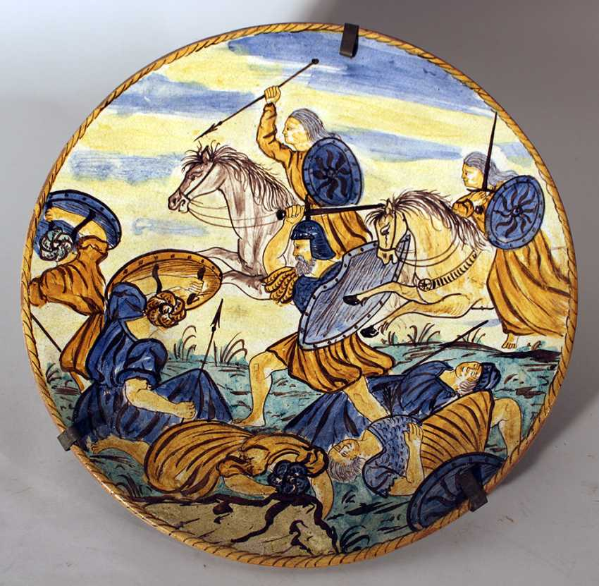 Italian ceramic dish painted in the centre with a battle scene - photo 1