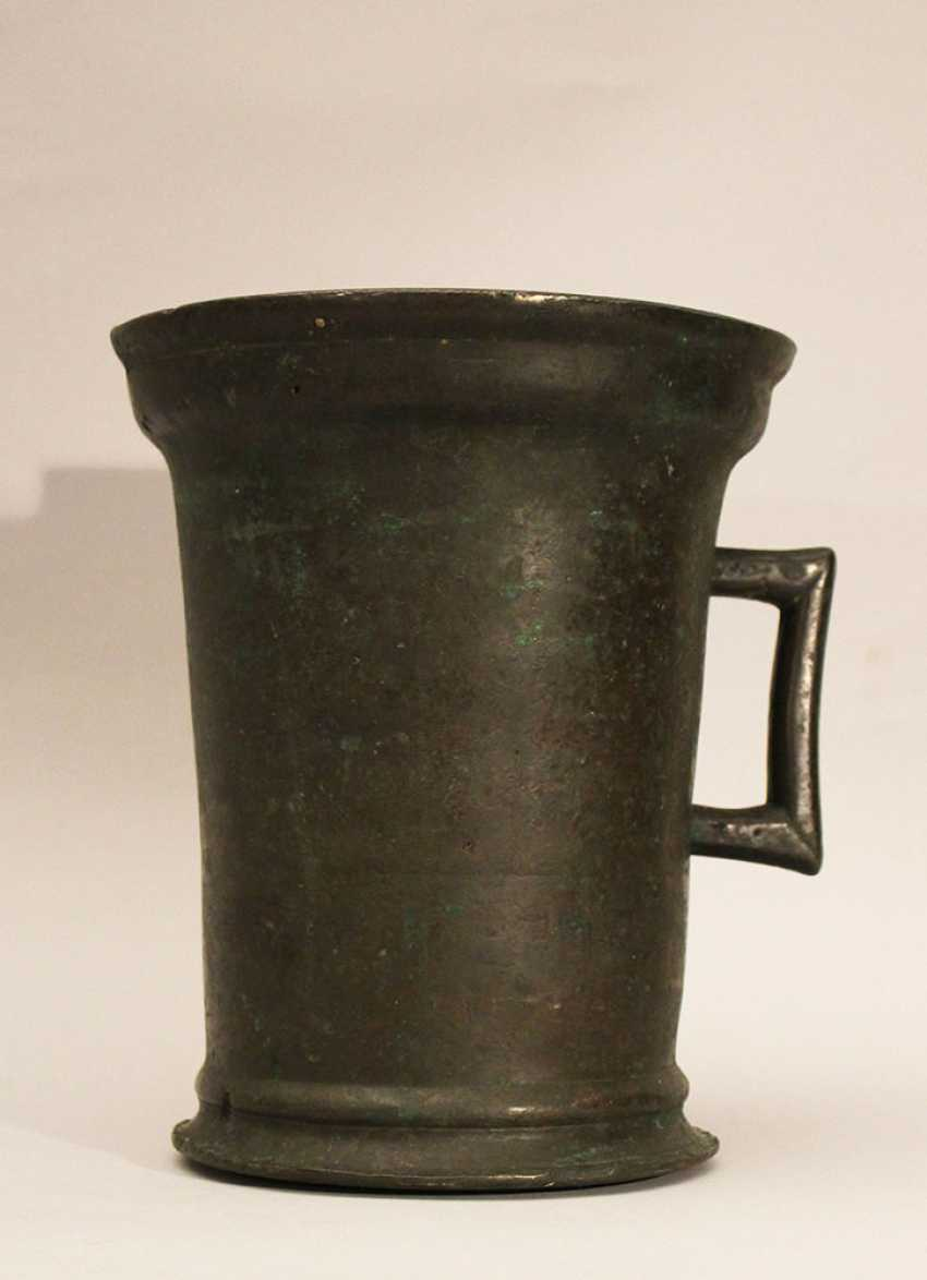 Gothic bronze mortar with one hand grip, rounded base and outstanding upper border - photo 1