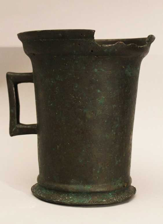 Gothic bronze mortar with one hand grip, rounded base and outstanding upper border - photo 2