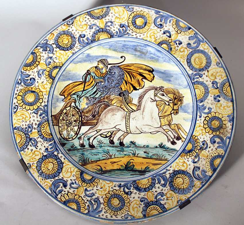 A Castelli majolica dish with wide border with coloured painted flowers, in the centre a charriot with horses and warrior, painted with blue borders - photo 1