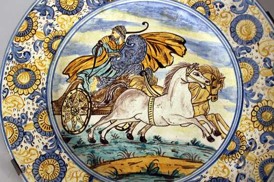A Castelli majolica dish with wide border with coloured painted flowers, in the centre a charriot with horses and warrior, painted with blue borders - photo 2