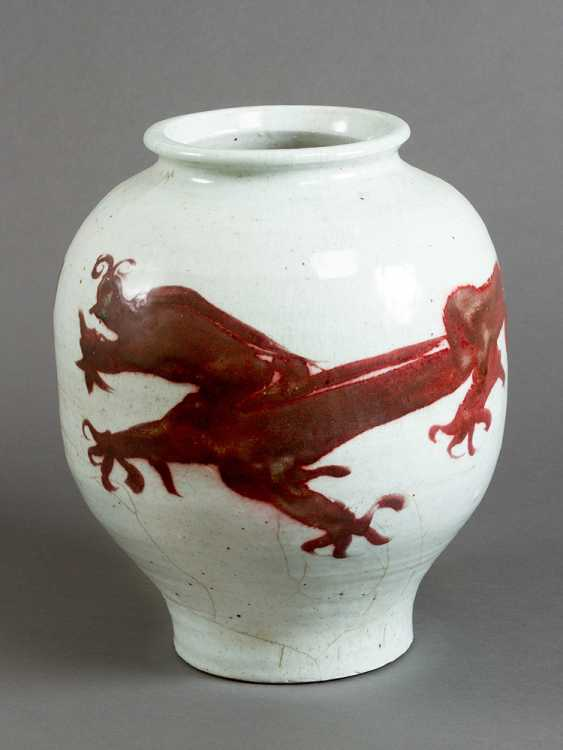 Chinese porcelain pot, white painted with red dragon ornament, short neck and wide border - photo 1
