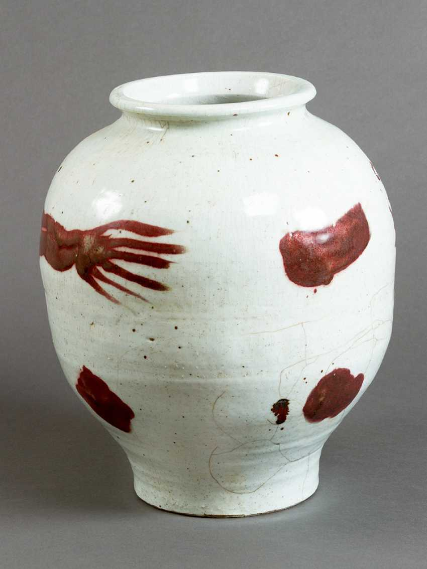 Chinese porcelain pot, white painted with red dragon ornament, short neck and wide border - photo 2