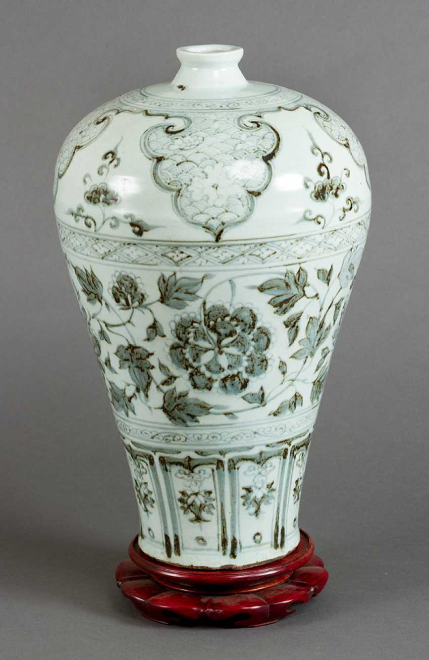 Meiping porcelain vase, round cylindrical shape with small neck and blue painted flowers and decorations on white ground - photo 1