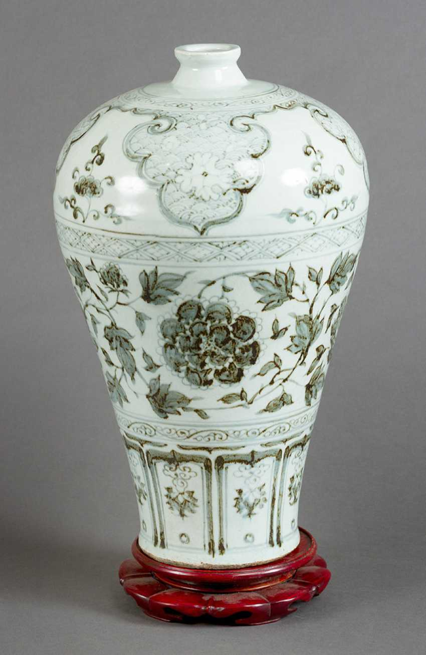 Meiping porcelain vase, round cylindrical shape with small neck and blue painted flowers and decorations on white ground - photo 2