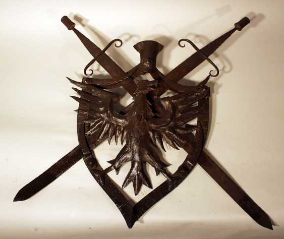 Iron coat of arms, Austrian iron wall emblem, forged iron with eagle and two removable swords in shield shaped frame, partly chased, one hanging ring on the reverse - photo 2